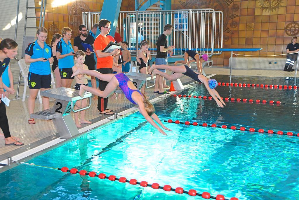 Staffelschwimmen der Gronauer Schulen